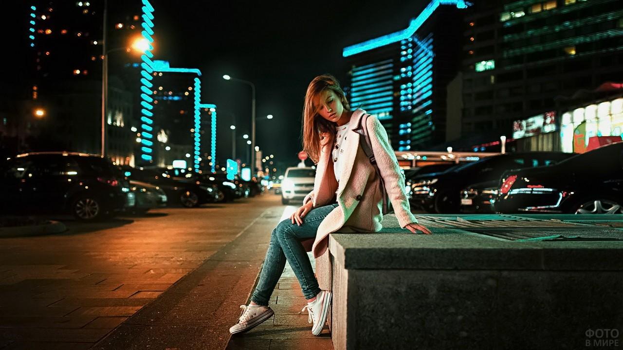 Девушка ночью на улице