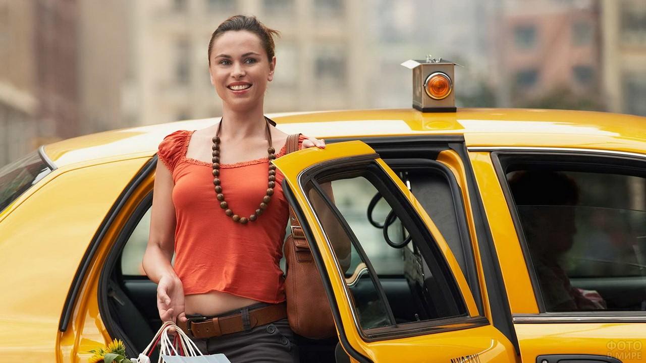 Девушка с бусами выходит из такси