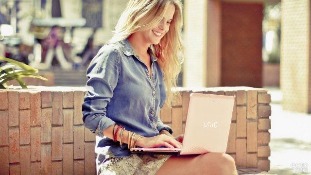 Девушка с ноутбуком на улице
