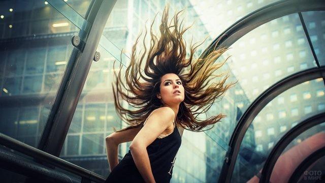 Девушка с развивающимися волосами в тоннеле