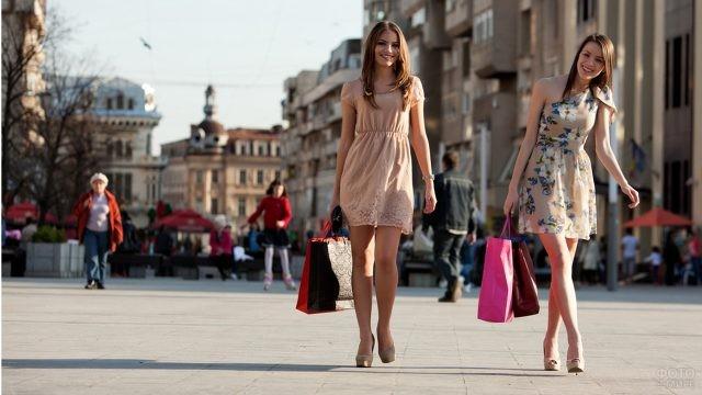Девушки идут с покупками