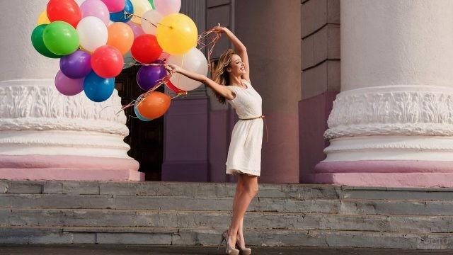 Счастливая девушка с воздушными шарами