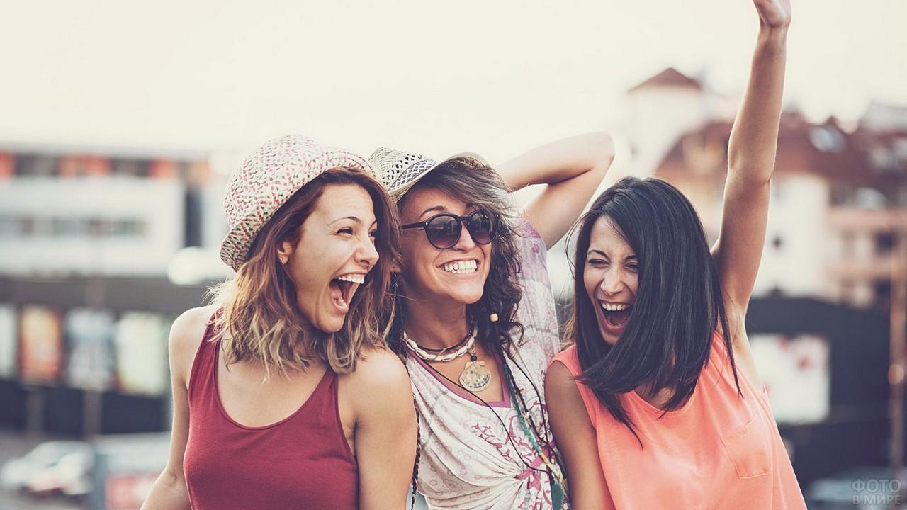 Три подружки веселятся на улице