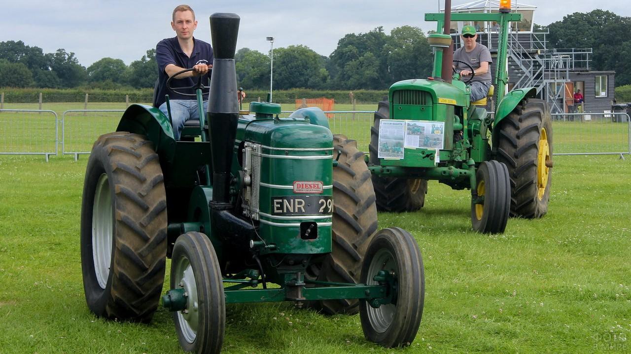 Два старинных трактора с водителями на природе