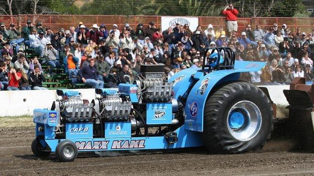 Гоночный трактор на соревнованиях