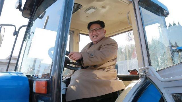 Ким Чен Ын в кабине синего трактора