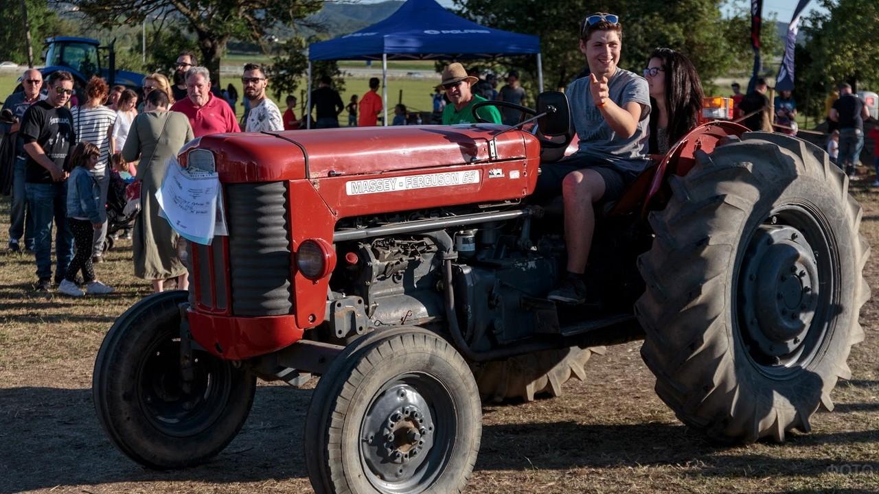 Молодая пара на водительском сидении трактора