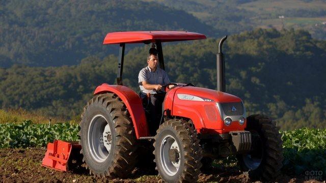 Мужчина за рулём трактора Agrale