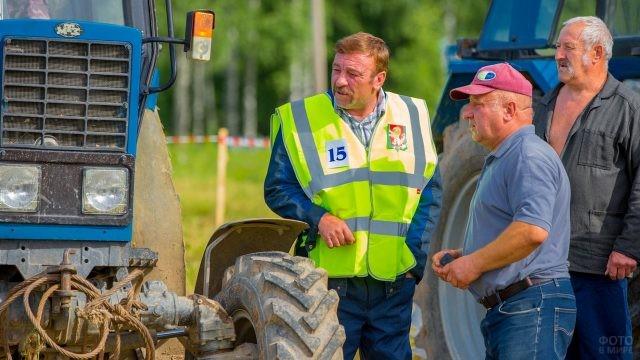 Мужчины рассматривают трактор