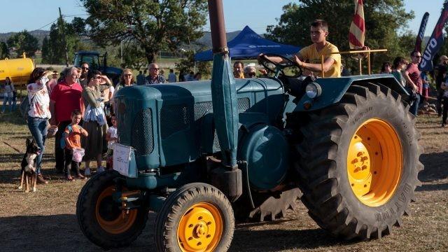 Подросток за рулём синего трактора