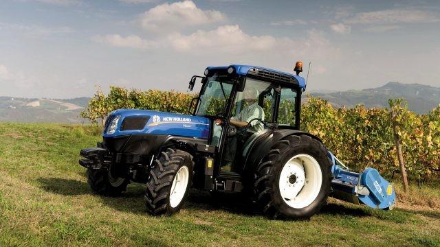 Синий трактор с водителем на природе