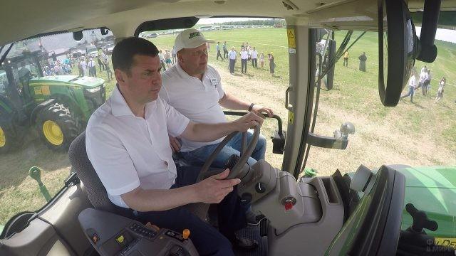 Тракторист и мужчина в салоне трактора