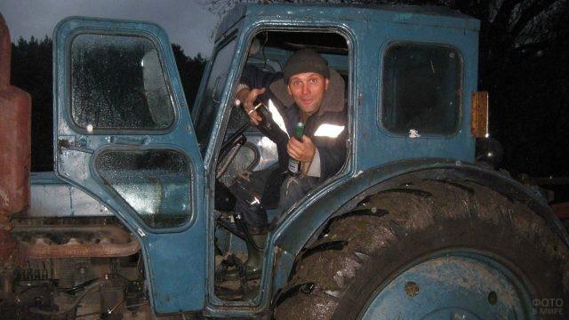 Тракторист выглядывает из кабины техники