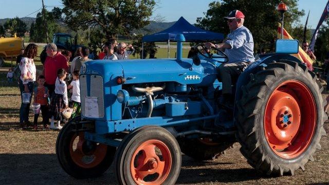 Водитель трактора с красными дисками