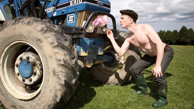 Заботливый тракторист возле трактора