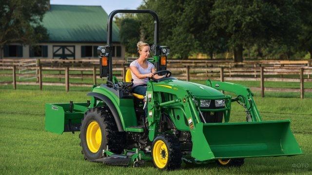 Женщина за рулём трактора с ковшом