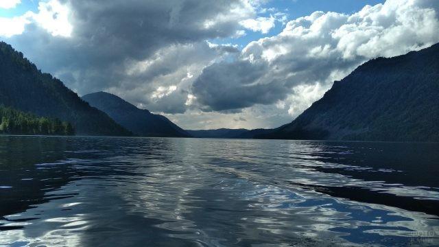Небольшие волны на Телецком озере