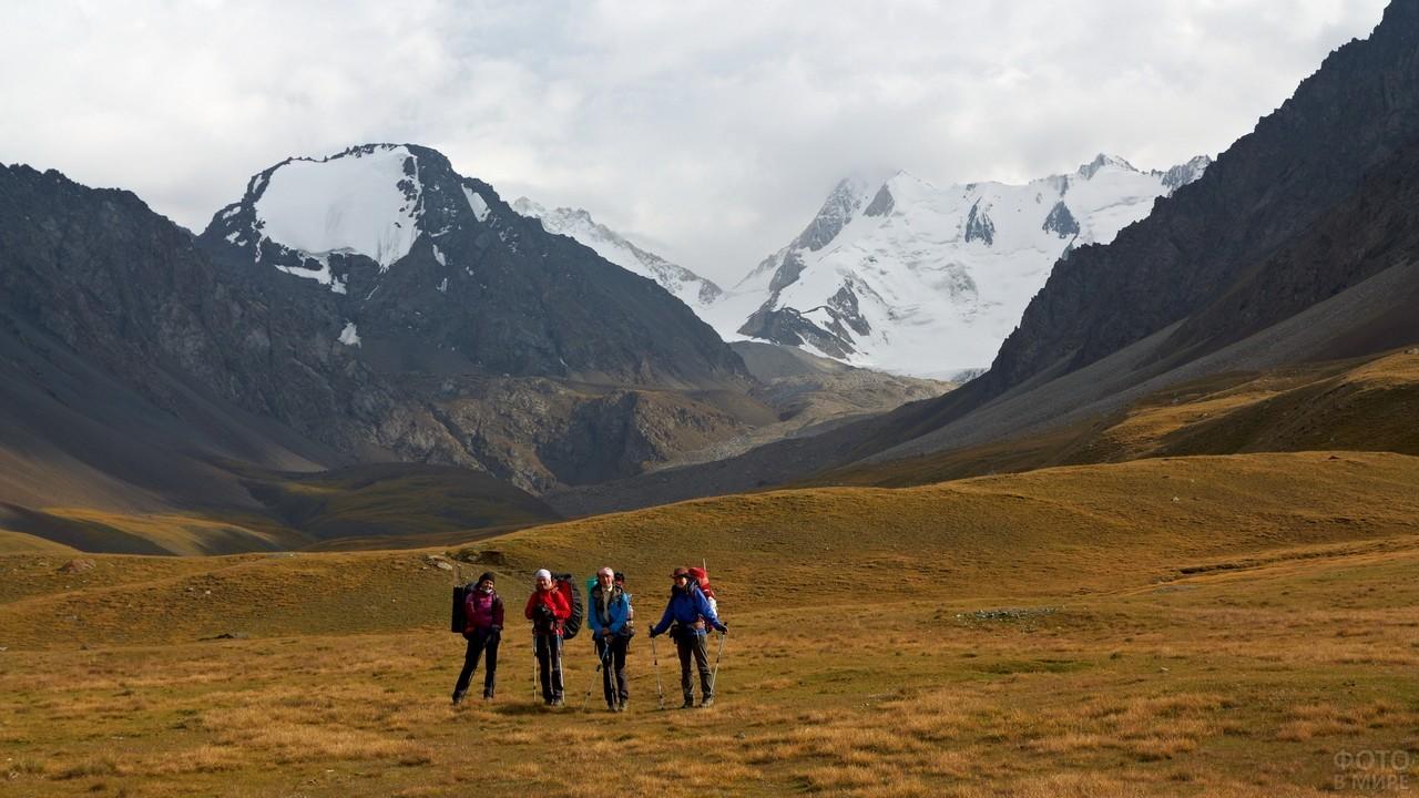 Туристы возле Алтайского хребта