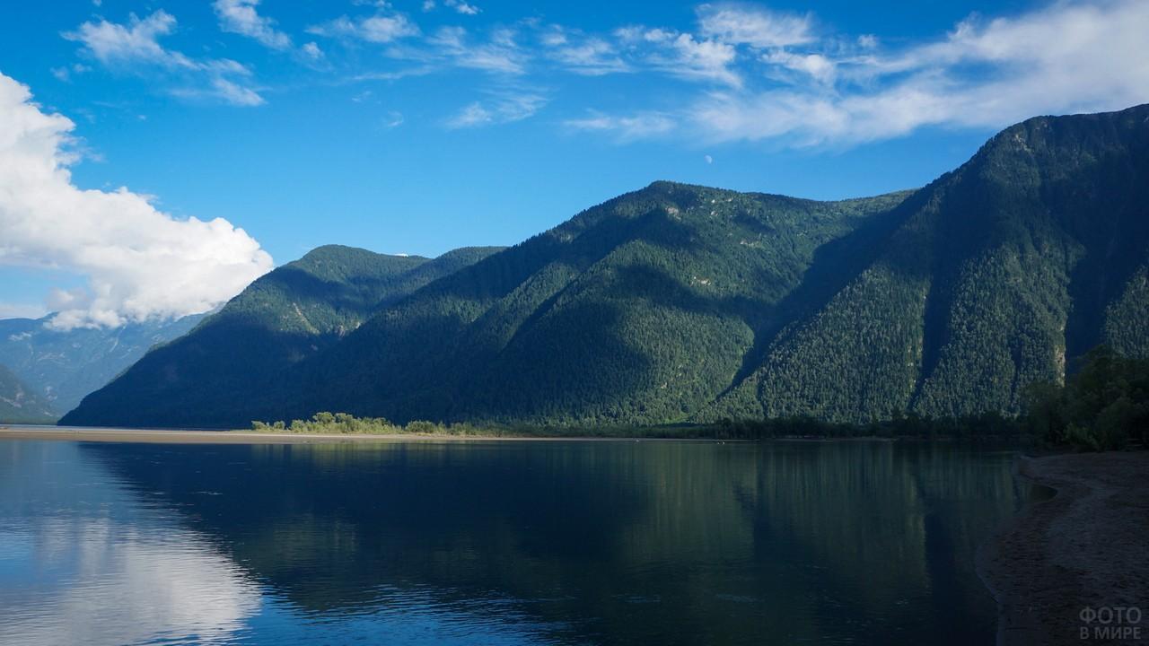 Вид Телецкого озера с берега