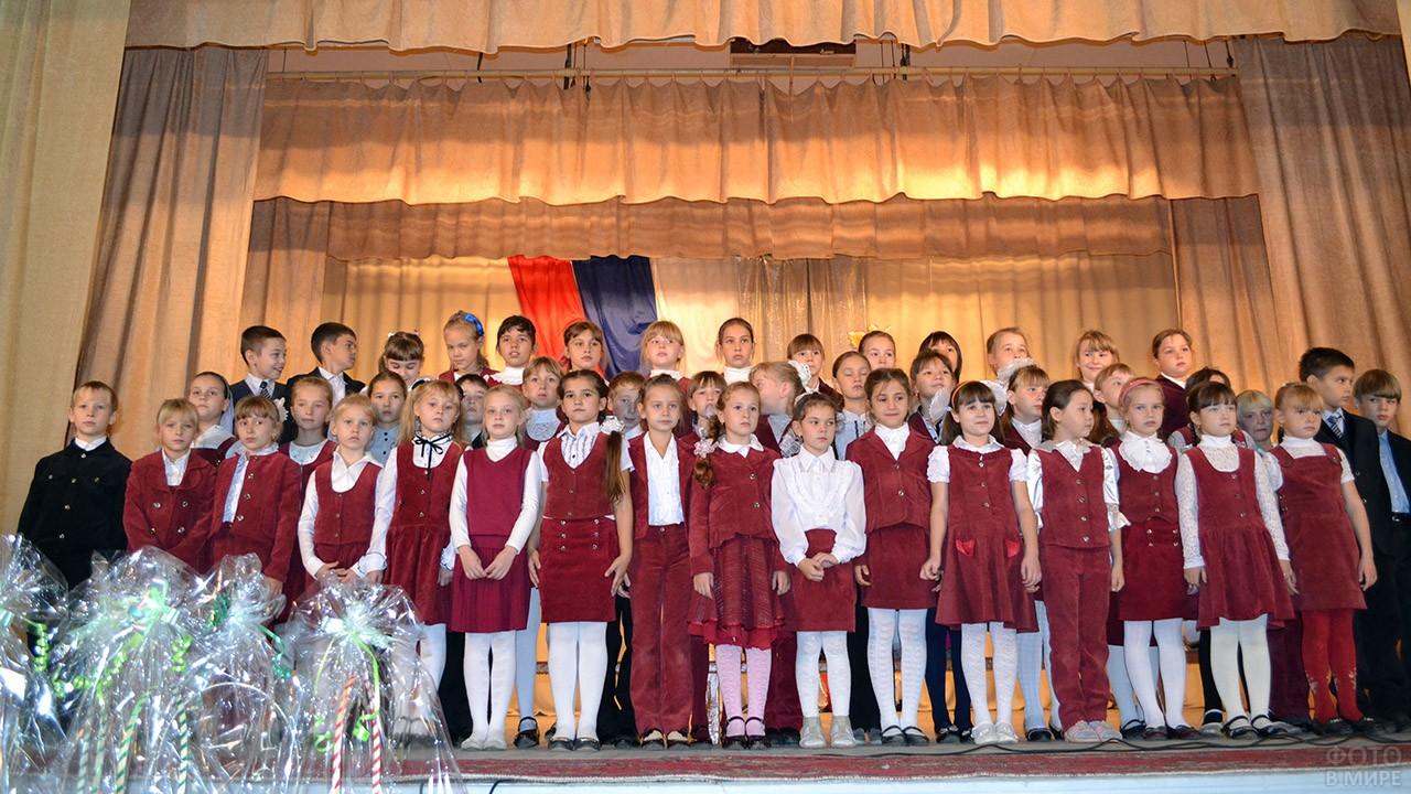 Детский хор на сцене в День учителя