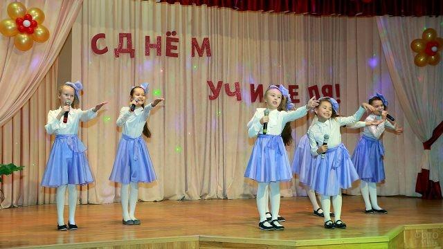 Девочки-школьницы поют на концерте в День учителя в уфимской школе