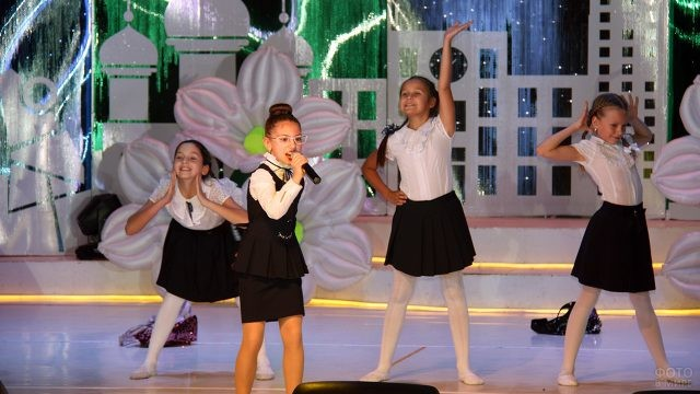 Эстрадный номер в исполнении школьниц на концерте в День учителя