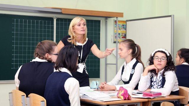 Педагог ведёт практическое занятие в классе