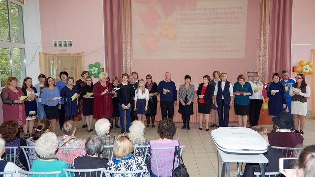Педагоги петербургской школы поют на концерте в День учителя