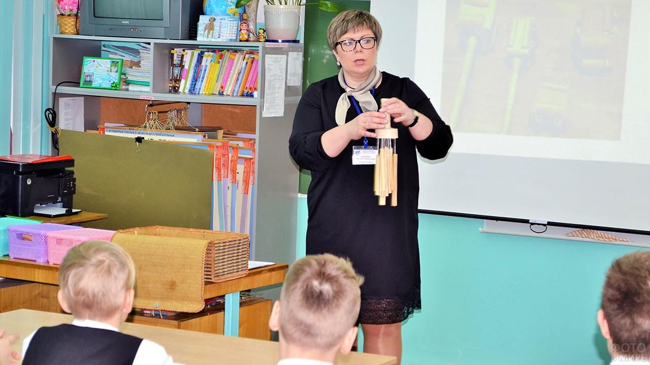 Учитель географии ведёт урок краеведения