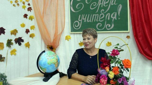 Улыбающаяся учительница в нарядной фотозоне