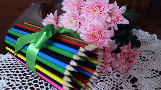 Ваза из карандашей и цветы ко Дню учителя