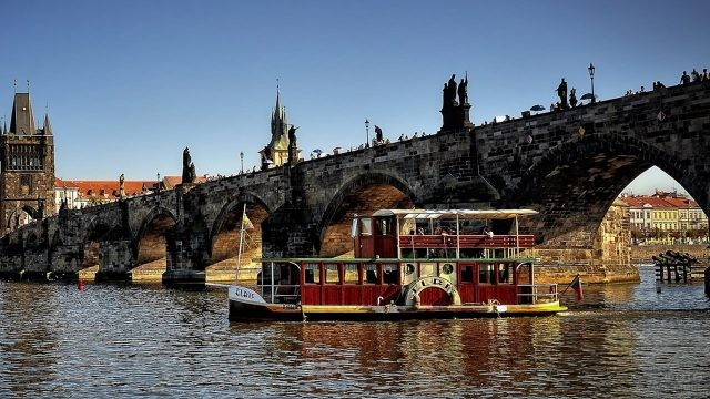 Аутентичный кораблик проплывает под Карловым мостом