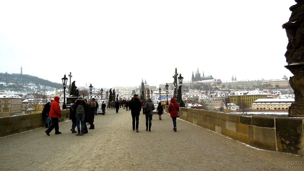 Немногочисленные туристы в зимней Праге