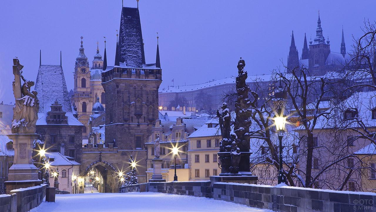 Снежный зимний вечер в центре Праги