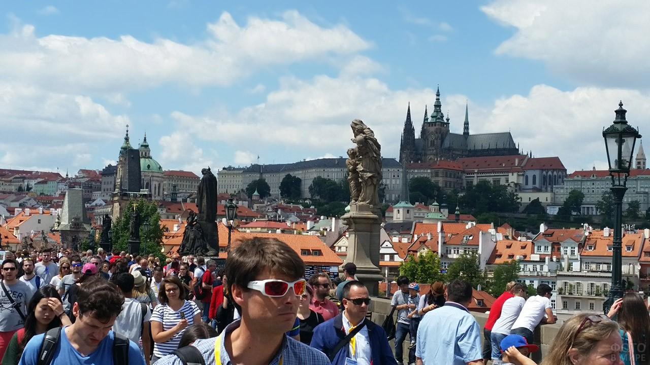 Толпа туристов в жаркий летний день
