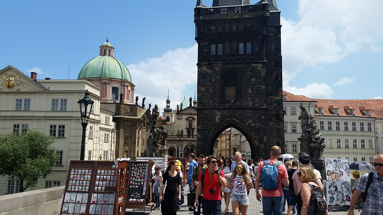 Туристы на фоне Староместской башни