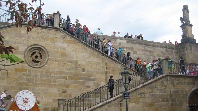 Туристы на лестнице на остров Кампа
