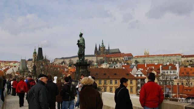 Туристы у скульптуры Яна Непомуцкого