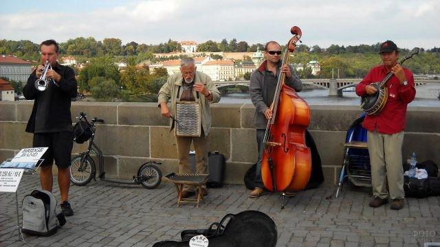 Выступление музыкантов на Карловом мосту