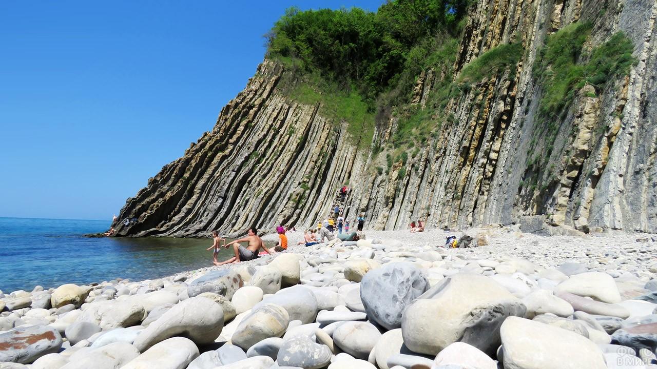 Гладкие камушки на диком пляже