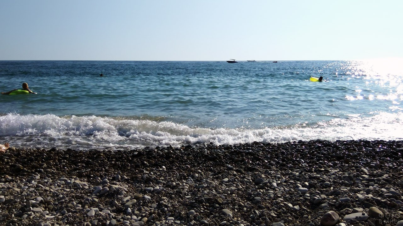 Малолюдный галечный пляж