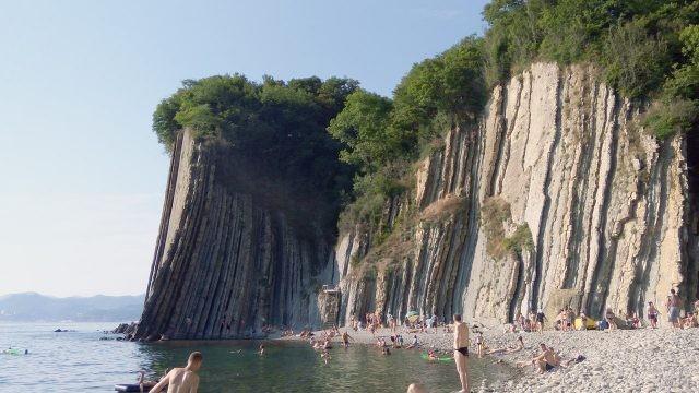 Туристы купаются на диком пляже у подножья скалы Киселёва