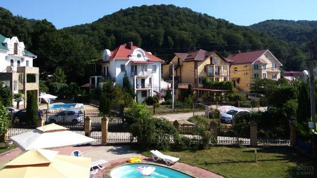 Уютные гостевые дома среди зелёных холмов