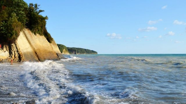 Волны у дикого пляжа в ветреный день