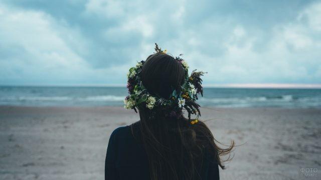 Брюнетка в венке на фоне моря
