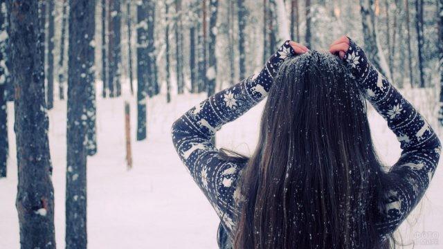 Брюнетка в заснеженном зимнем лесу