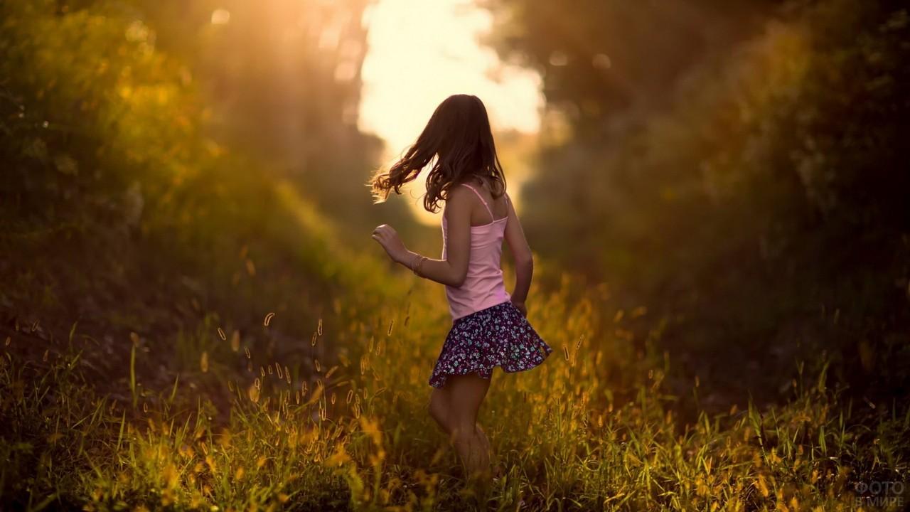 Миниатюрная девушка бежит по лесу
