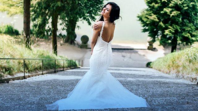 Невеста спускается по лестнице
