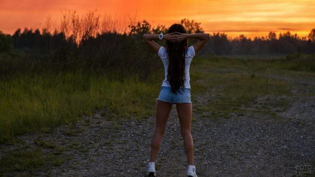 Спортивная девушка в шортах на природе