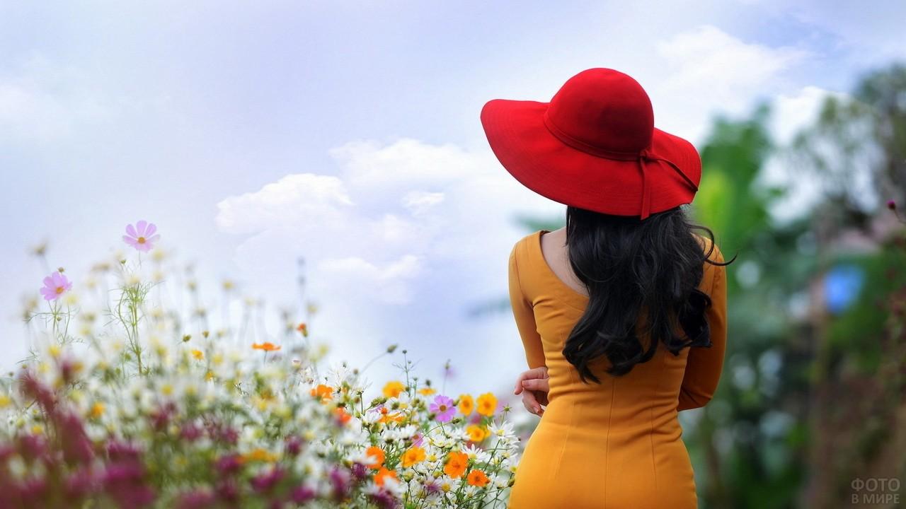 Статная девушка в горчичном платье и красной шляпе